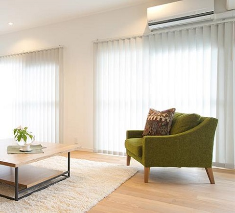 マンションリノベーション、住工房、グリーンソファ、バーチカルブラインド、白いブラインド