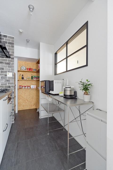マンションリノベーション、スクールバス空間設計、キッチン見せるパントリー、キッチン室内窓、キッチンオープン収納