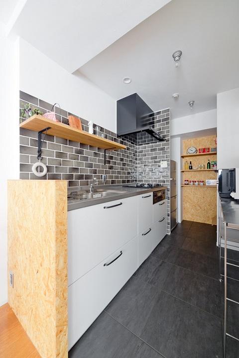 マンションリノベーション、スクールバス空間設計、キッチンタイル、キッチンオープン収納、キッチン見せるパントリー