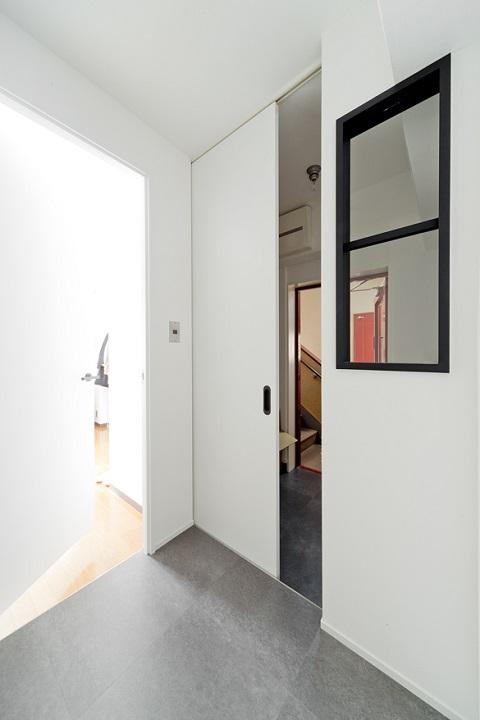 マンションリノベーション、スクールバス空間設計、玄関室内窓、猫飛び出し防止、内ドア
