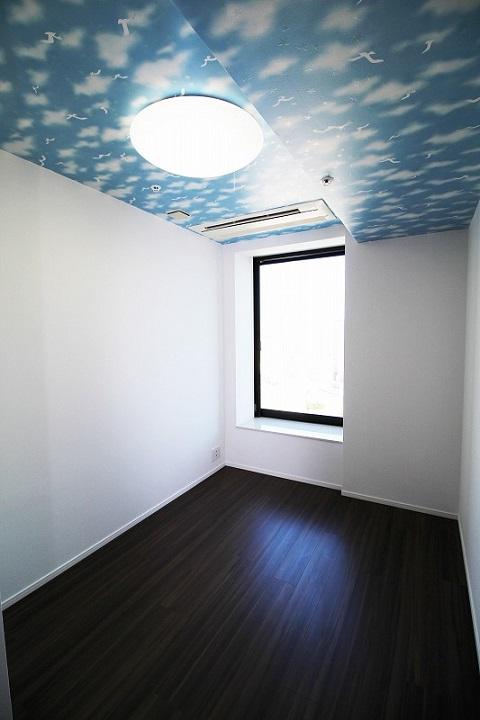 マンションリノベーション、リノベーション東京、空色クロス、子供部屋、ダークブラウン床