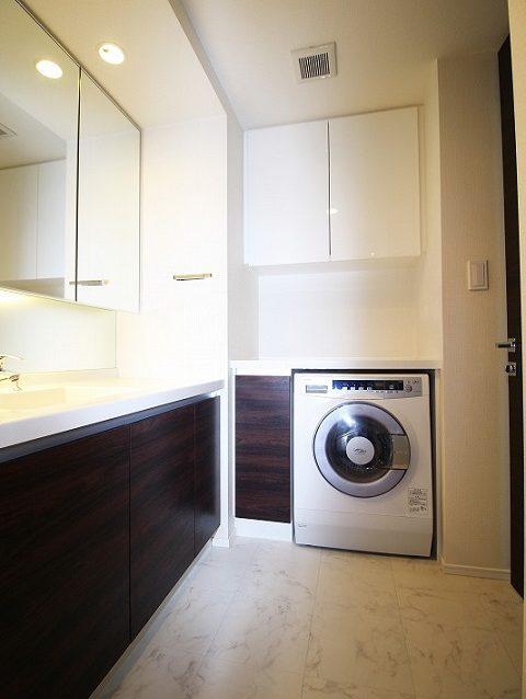 マンションリノベーション、リノベーション東京、シンプル洗面室、三面鏡、洗面収納