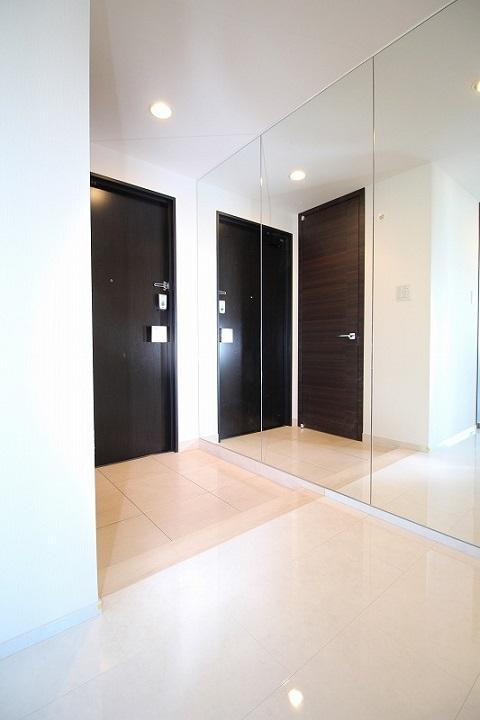 マンションリノベーション、リノベーション東京、鏡壁、玄関広く見せる、すっきり玄関