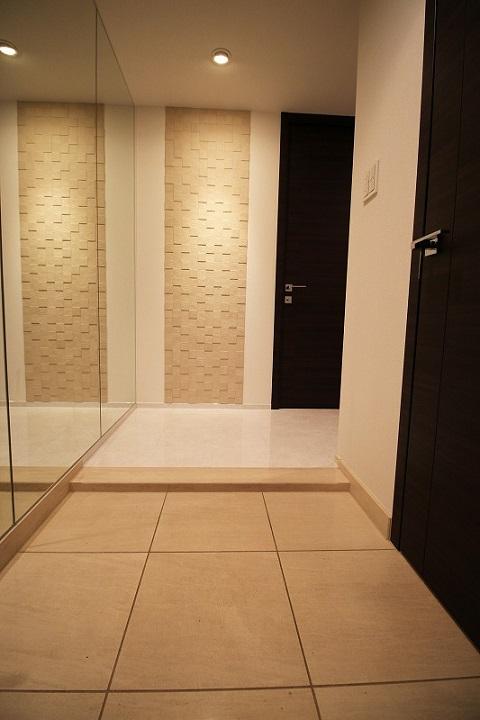 マンションリノベーション、リノベーション東京、エコカラット玄関、鏡壁、床タイル