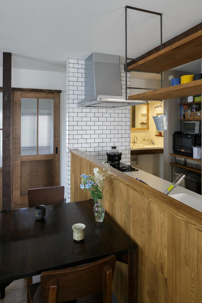 スタイル工房、戸建リノベ、対面キッチン、キッチンカウンター、ナラ無垢材、オープンキッチン、サブウェイタイル、タイル壁