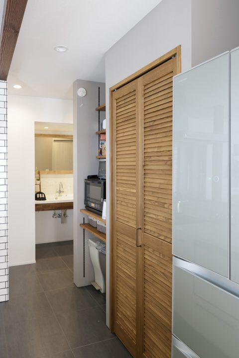 スタイル工房、戸建リノベ、ルーバー扉、パントリー、キッチン収納、無垢材