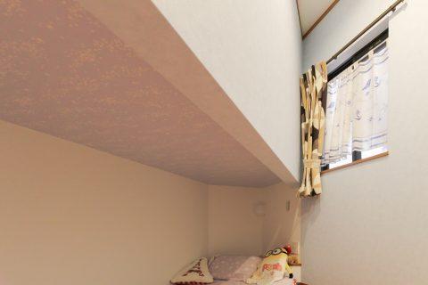 戸建てリノベーション、住工房株式会社、2段ベッド間仕切り、ピンク壁紙、子ども部屋ベッド
