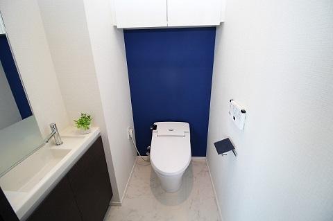 マンションリノベーション、リノベーション東京、青いアクセントウォール、おしゃれトイレ、トイレ手洗い器