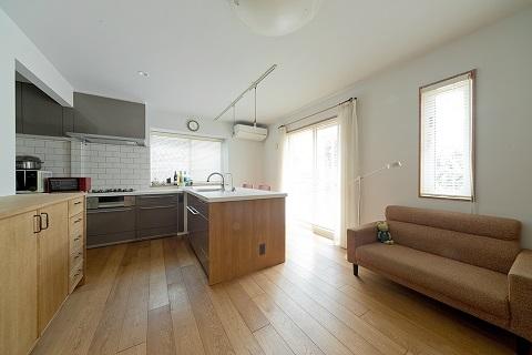 戸建てリノベーション、グラデン、オープンキッチン、L型キッチン、白いタイル