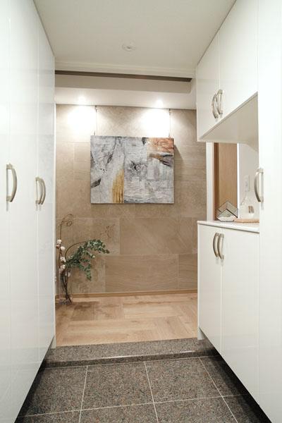 マンションリノベーション、三井のリフォーム、石タイル壁、玄関ライト、玄関ニッチ