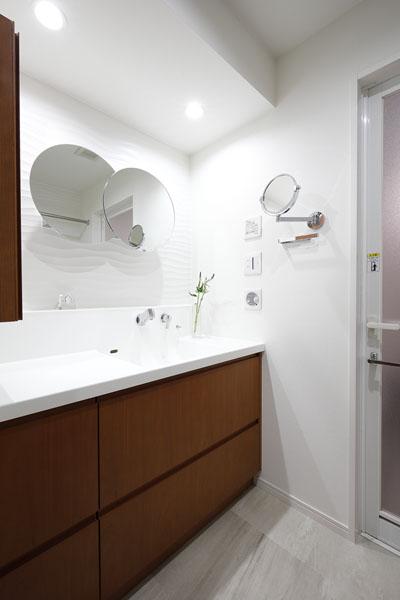 マンションリノベーション、三井のリフォーム、丸い洗面鏡、シンプル洗面、洗面拡大鏡