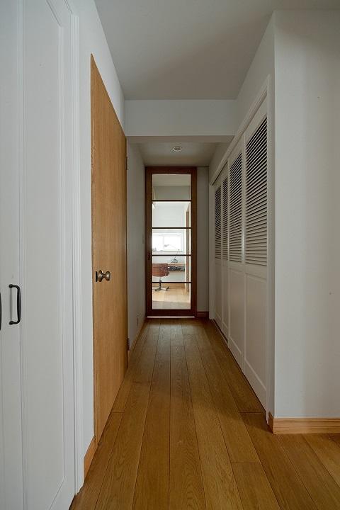 戸建てリノベーション、グラデン、無垢フローリング、廊下収納、採光ドア