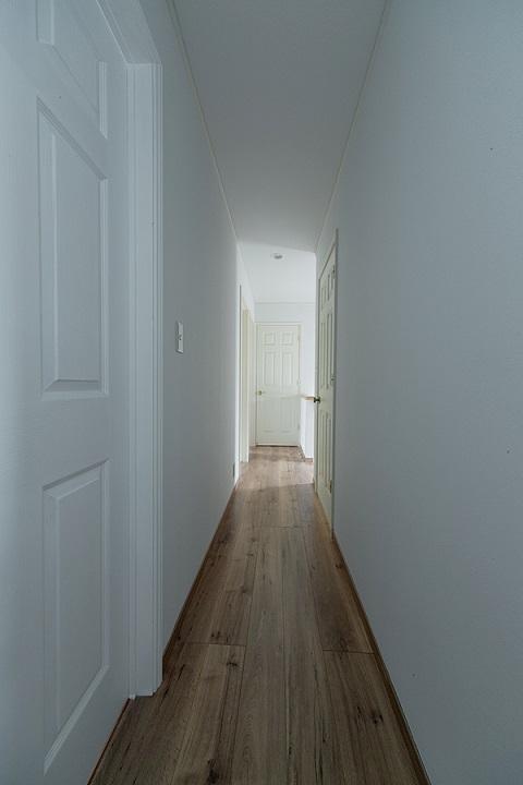 戸建てリノベーション、グラデン、無垢フローリング、廊下収納、モールディング扉