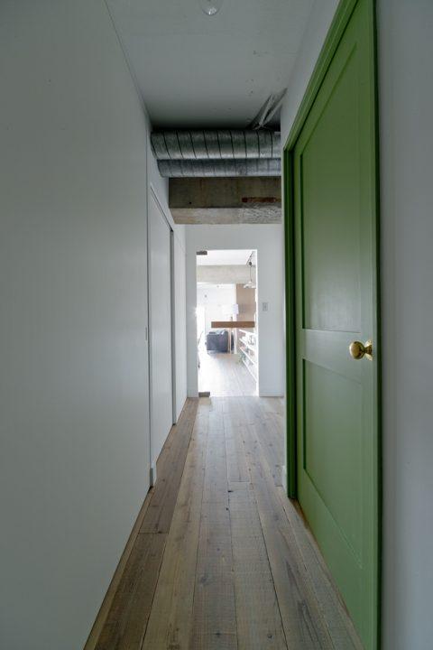 マンションリノベーション、ハコリノベ、グリーン室内ドア、むき出しダクト、透明ガラス建具