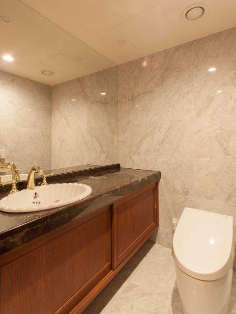 マンションリノベーション、リノベーション東京、トイレ大理石、ゲスト用トイレ、トイレ鏡