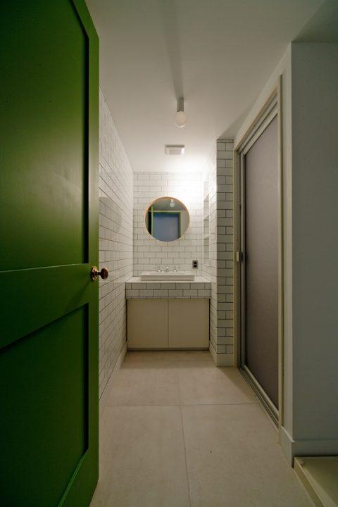 マンションリノベーション、ハコリノベ、グリーン室内ドア、ブリックタイル洗面、おしゃれ洗面