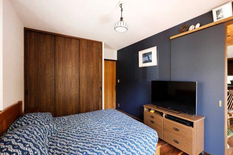 戸建てリノベ、2世帯、リノベーション、スタイル工房、親世帯の家、寝室、アクセントクロス、テレビにある寝室