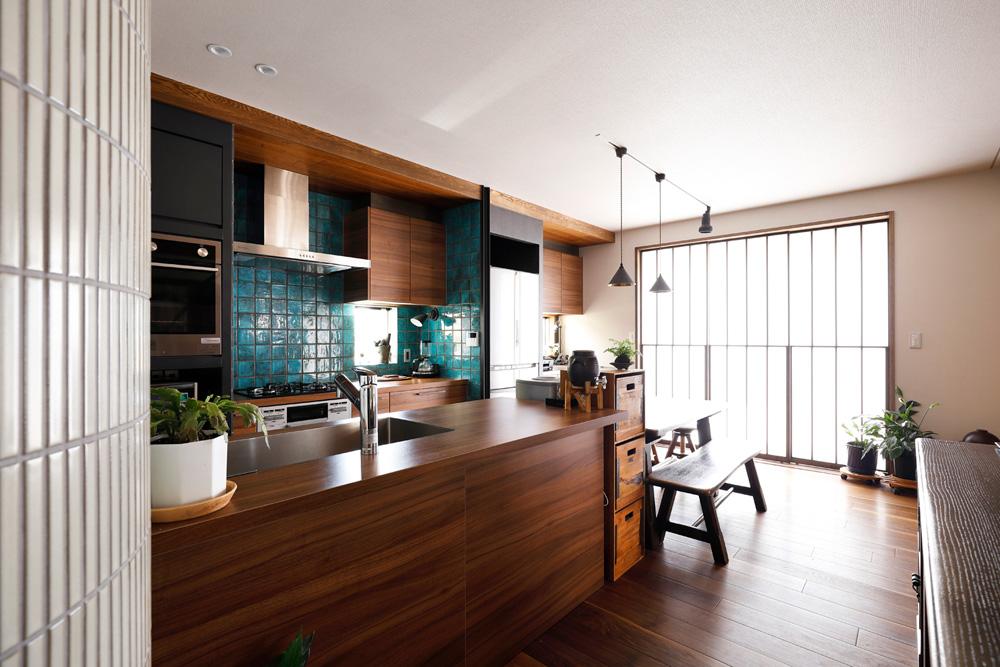 戸建てリノベ、2世帯、リノベーション、スタイル工房、2列タイプキッチン、ガスウォールオーブン、タイル壁、ウォルナット床