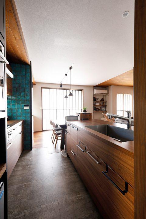 戸建てリノベ、2世帯、リノベーション、スタイル工房、対面キッチン、グラフテクト、木目のカウンター、タイル壁