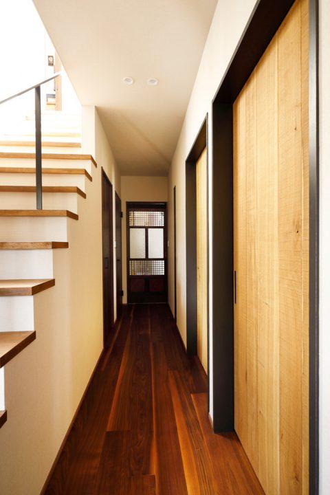 戸建てリノベ、2世帯、リノベーション、スタイル工房、廊下、骨董の扉、アンティークの扉、