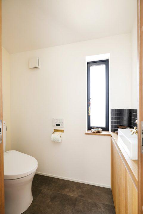 戸建てリノベ、2世帯、リノベーション、スタイル工房、トイレ、TOTO、位置の変更なし、ブルーのタイル