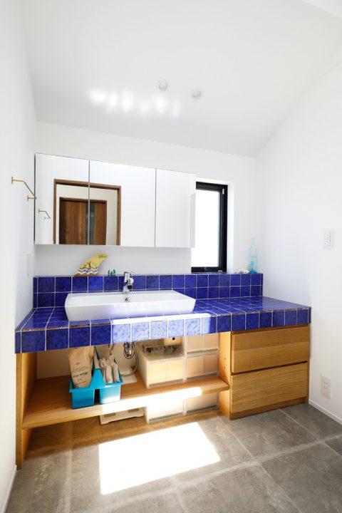 戸建てリノベ、2世帯、リノベーション、スタイル工房、フロアタイル、ブルーのタイル、オリジナル洗面台、西海岸風