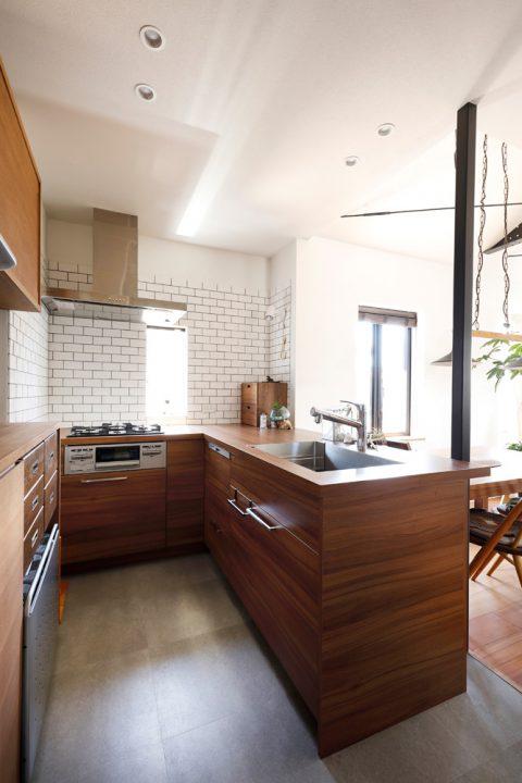 戸建てリノベ、2世帯、リノベーション、スタイル工房、白いタイル、オープンキッチン、対面キッチン、L型キッチン、木目貼りカウンター