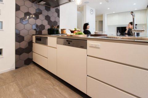戸建リノベ、住工房、愛知、オリジナルキッチン、キッチン収納、タイル床、名古屋モザイク、ヘキサタイル