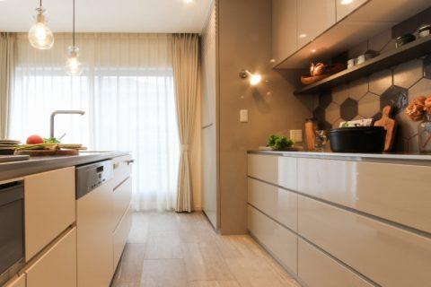 戸建リノベ、住工房、愛知、オリジナルキッチン、キッチン収納、名古屋モザイク、ヘキサタイル、タイル床、