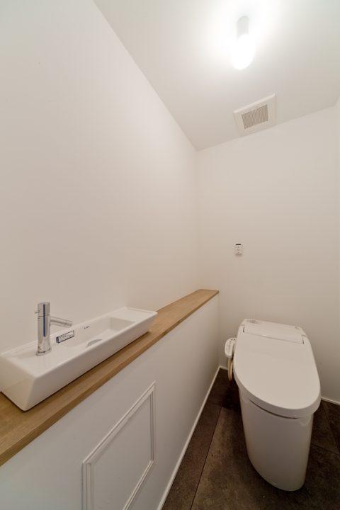 マンションリノベーション、サンリフォーム、シンプルトイレ、タンクレストイレ、トイレ手洗い