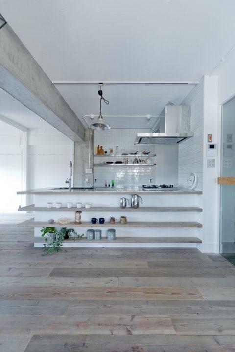 マンションリノベーション、ハコリノベ、キッチン飾り棚、足場板、オープンキッチン