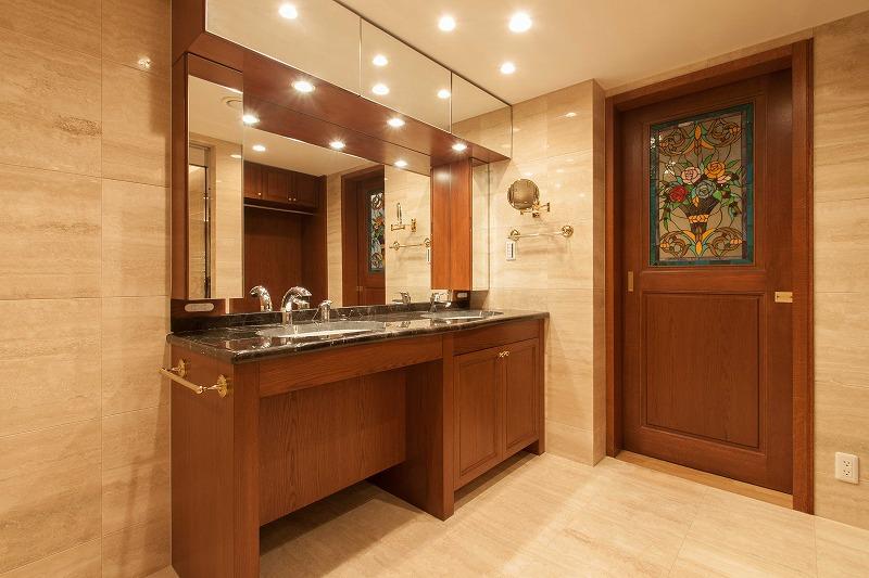 マンションリノベーション、リノベーション東京、ステンドグラス扉、バリアフリー洗面台、大理石洗面室