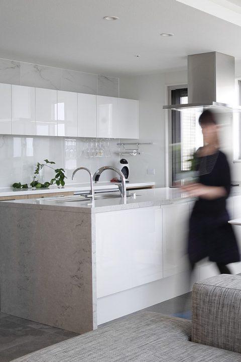 マンションリノベーション、三井のリフォーム、オープンキッチン、白いキッチン、水晶天板