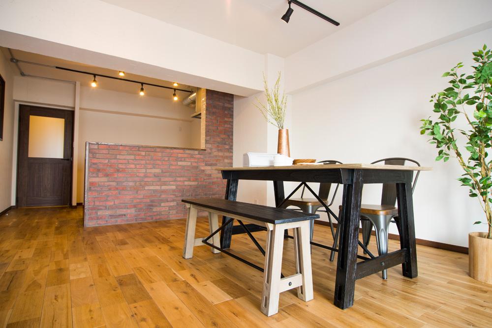 マンションリノベーション、リノデュース、ブリックタイル、ガラス入りドア、黒いダイニングテーブル
