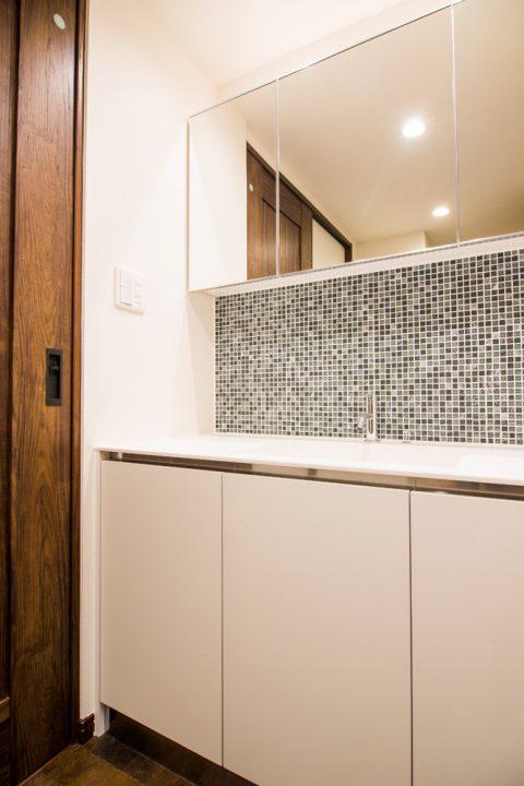 マンションリノベーション、リノデュース、モザイクタイル、三面鏡収納、白い洗面