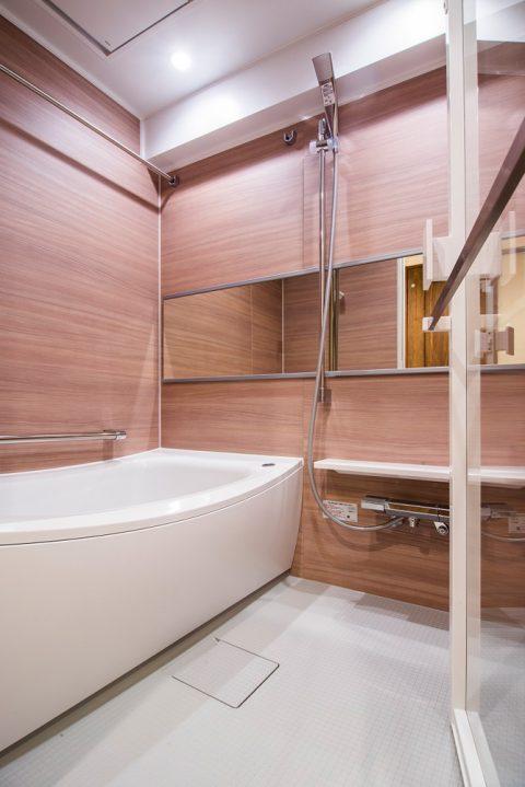 マンションリノベーション、リノデュース、ナチュラル浴室、ワイドミラー、ランドリーパイプ