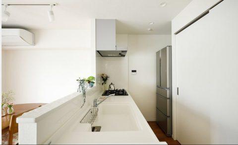 マンションリノベーション、インテリックス空間設計、対面キッチン、白いキッチン、腰壁対面