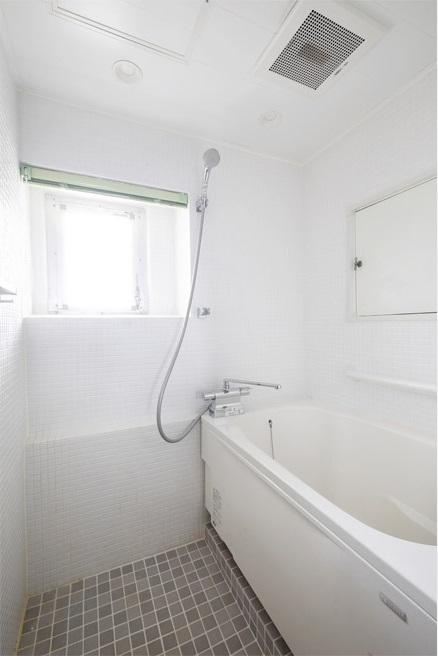 マンションリノベーション、インテリックス空間設計、白いバスルーム、浴室モザイクタイル、窓ありバスルーム