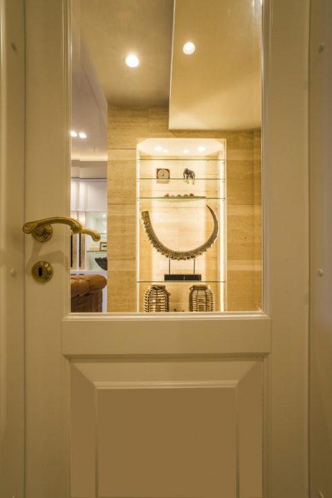 マンションリノベーション、クオリア、ガラス入りドア、飾り棚、ゴールドドアノブ