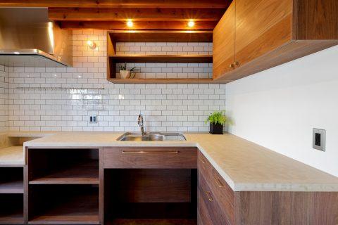 マンションリノベーション、水雅、モールテックス、キッチンタイル壁、変形L型キッチン