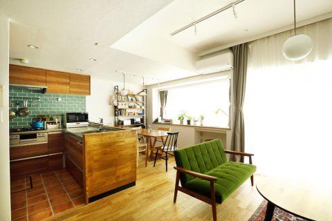 マンションリノベーション、スタイル工房、対面キッチン、ナラ無垢材、キッチンカウンター、クリナップ、タイル壁、フロアタイル
