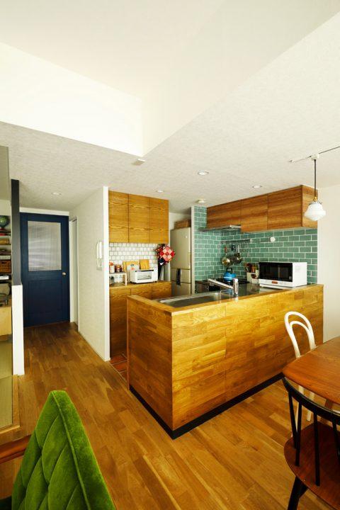 マンションリノベーション、スタイル工房、対面キッチン、ナラ無垢材、キッチンカウンター、クリナップ、タイル壁