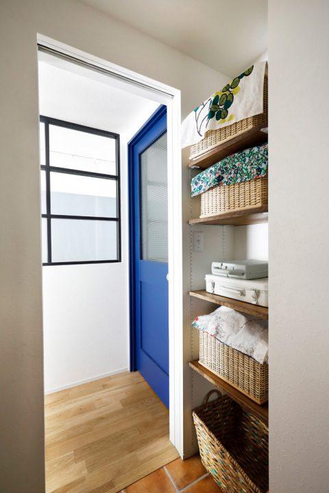 マンションリノベーション、スタイル工房、チェッカーガラス、室内窓、オリジナル建具、ブルーのドア、洗面室