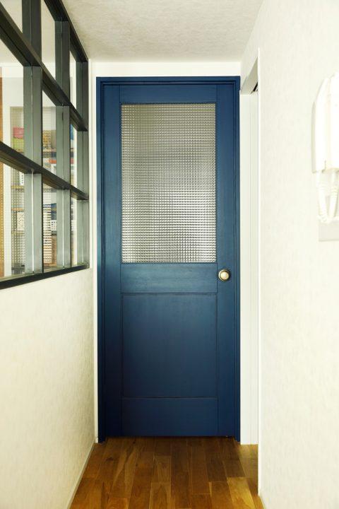 マンションリノベーション、スタイル工房、チェッカーガラス、室内窓、オリジナル建具、ブルーのドア