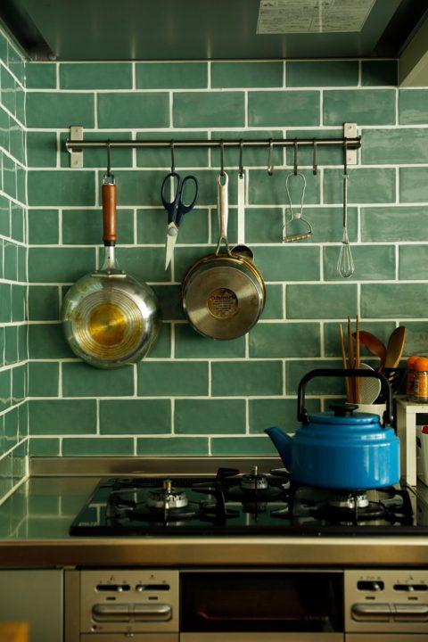 マンションリノベーション、スタイル工房、キッチン、クリナップ、タイル壁、ブルーグリーンのタイル