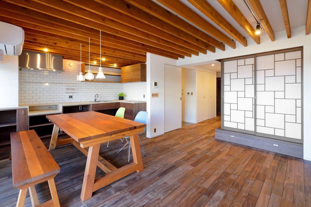 「株式会社 水雅」のリノベーション事例「造作のダイニングテーブルを主役に。格子戸・漆喰、和の意匠が生きるリノベーション」