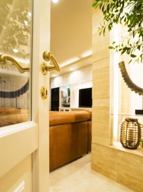 マンションリノベーション、クオリア、白いドア、ガラス入りドア、大理石床