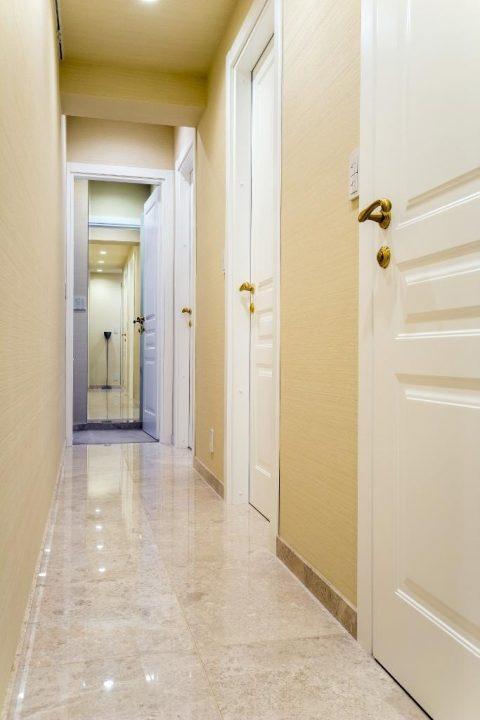 マンションリノベーション、クオリア、大理石床、ホテルライク廊下、白い室内ドア