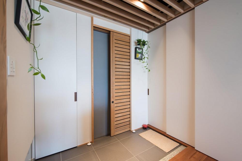 マンションリノベーション,ハンズデザイン一級建築士事務所,玄関,ルーバー,タイル床
