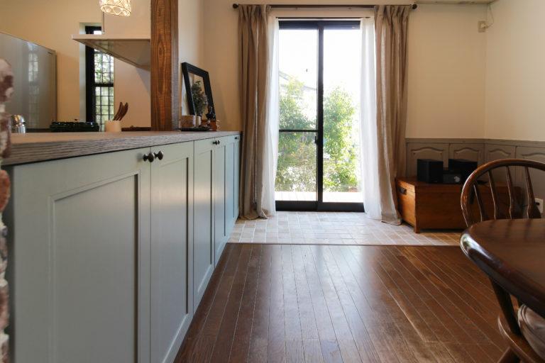 戸建リノベーション,住工房株式会社,掃き出し窓,モールディング,タイル床